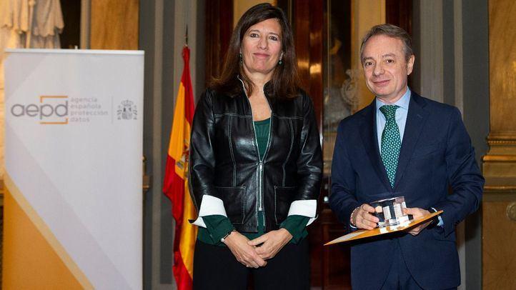 Mar España, directora de la AEPD, y Lorenzo Cooklin, director general de Fundación Mutua Madrileña.