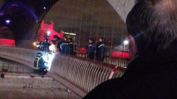 Los Bomberos liberan a un niño que quedó atrapado entre los barrotes en Madrid Río
