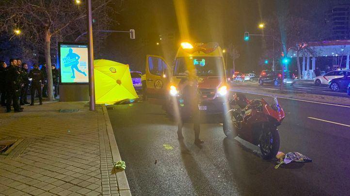 Emergencias Madrid atiende a la menor atropellada, que cruzaba por un paso de peatones con su madre.