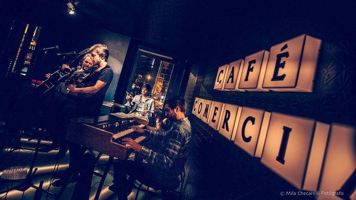 Mon Vázquez, con un melódico e intimista concierto, llena el Café Comercial