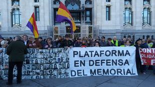 Más de un centenar de personas exige frente a Cibeles devolver al memorial de La Almudena las placas con nombres de fusilados
