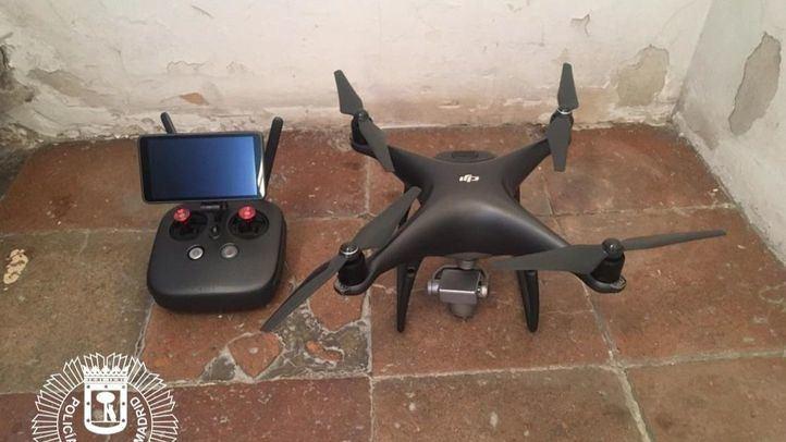 Agentes municipales denuncian a un hombre por volar un dron en la Plaza Mayor