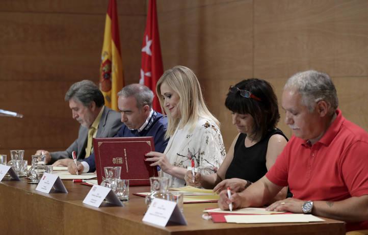 Cristina Cifuentes firma el acuerdo sectorial de Justicia con los representantes de STAJ, CCOO, CSI-F y UGT.