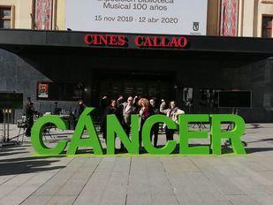 La AECC en Madrid organizó un evento en la plaza de Callao con el descubrimiento de una escultura situada en la plaza con la palabra 'cáncer'