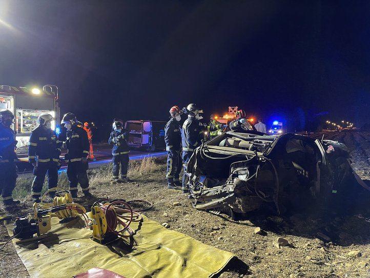El coche, destrozado tras el accidente en Camarma de Esteruelas.