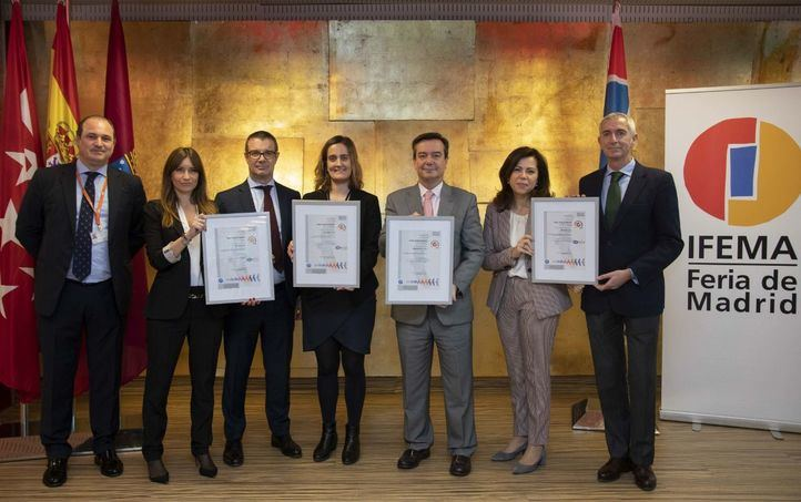 Eduardo López-Puertas, Director General De Ifema, posa con los certificados junto al resto de su equipo