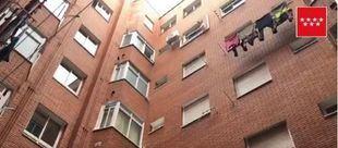 Una de las ventanas por donde cayó el hombre mientras limpiaba su fachada