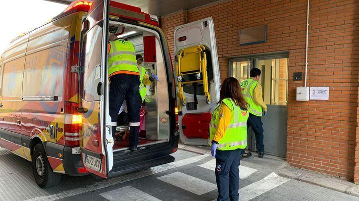 Herida grave una motorista al chocar contra un coche