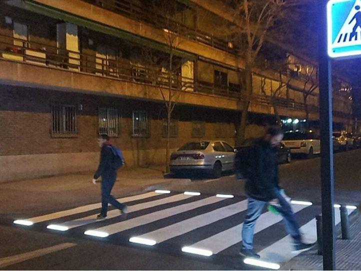 Ciudad Lineal luce el primer paso de peatones inteligente