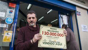 Rafael, lotero de la Administración del Paseo Alberto Palacios, 15, donde se vendió el boleto premiado