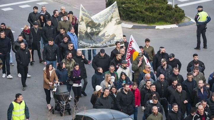 Miembros de grupos de extrema derecha homenajean a la División Azul con una marcha desde Ascao hasta el Cementerio de La Almudena