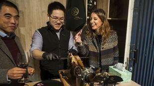 Representantes del Ayuntamiento visitan a los comerciantes chinos de Usera