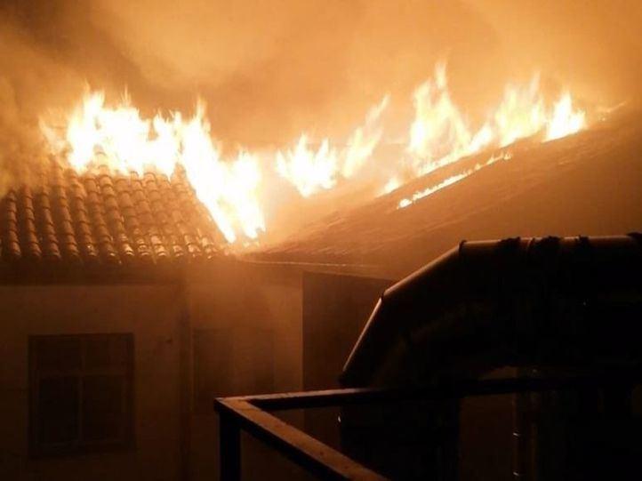 Los bomberos revisan los daños en el inmueble incendiado al lado del TSJM