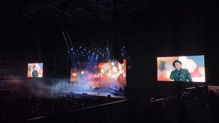 Sabina cae del escenario durante su concierto en Madrid y es atendido por Emergencias.