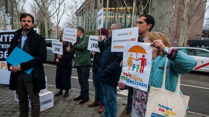 HazteOir.org entrega más de 125.000 firmas a favor de implantar el 'pin parental'