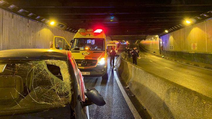 El motorista ha impactado contra la mediana y contra un coche que circulaba en sentido contrario