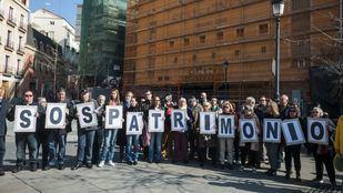 Vecinos y concejales socialistas se concentran en la Plaza de Isabel II frente al Real Cinema por su derribo