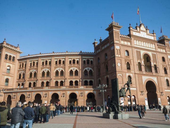 Los nuevos aficionados taurinos se agolpan en Las Ventas para hacerse con un abono de temporada