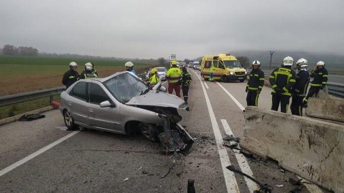 El coche de la víctima, destrozado tras el accidente.