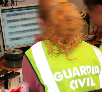 Foto de archivo de la Guardia Civil investigando delitos telemáticos.