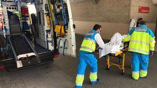 Sanitarios atienden al herido en Rivas, trasladado al Gregorio Marañón
