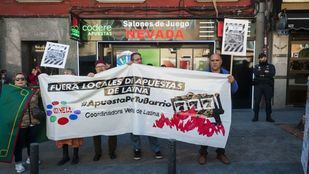 Los vecinos de Latina protestan en el Paseo Extremadura por las casas de apuestas