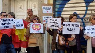 Concentración de padres por gestación subrogada frente al Ministerio de Justicia