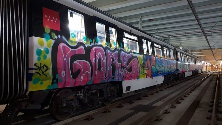 Un grupo de grafiteros pinta un tren de la línea 12