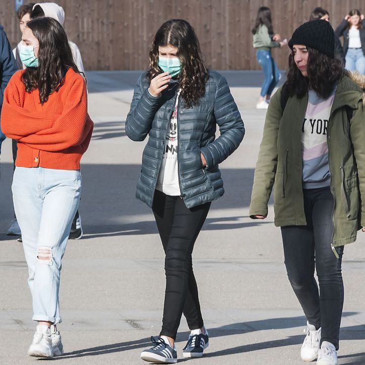 Estudiantes con máscaras paseando por Madrid