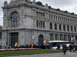 Los guardias civiles y policías cortan la calle Alcalá por la