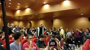 Un grupo de jóvenes revienta un acto de Iglesias en la UCM