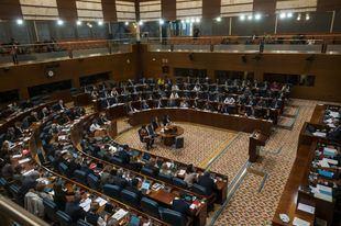 La Asamblea debate hoy la primera propuesta de Ley del Ejecutivo con los ojos puestos en el duelo Ayuso-Aguado