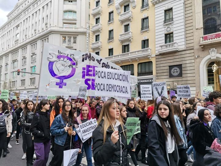 Estudiantes se manifiestan contra el 'pin parental' en una jornada de huelga previa al 8 de Marzo