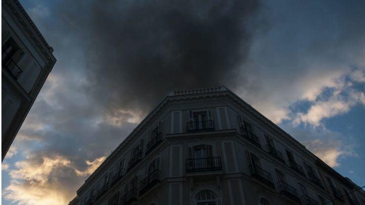 Desalojado de manera preventiva el edificio incendiado en Sol