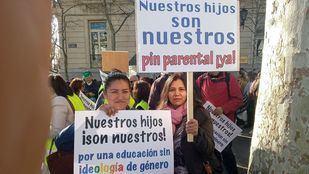 Una gran marcha de familias dice 'sí' al pin parental
