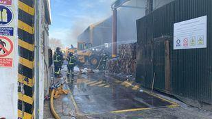 Incendio en una nave de reciclaje de San Blas