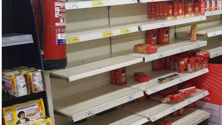 Estantería desabastecida en un supermercado.