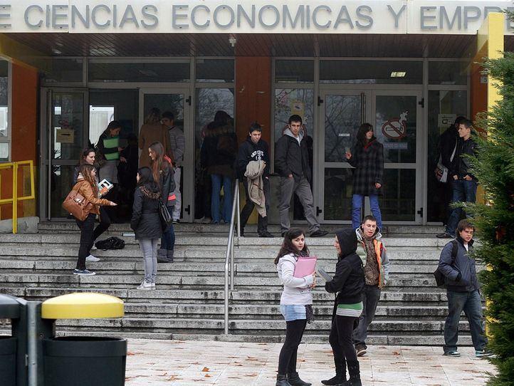 Estudiantes universitarios alas puertas de la Facultad de Económicas y Empresariales de la UAM.