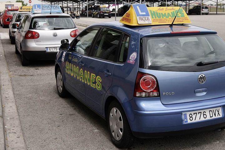 coches de autoescuela esperando para exámenes conducir
