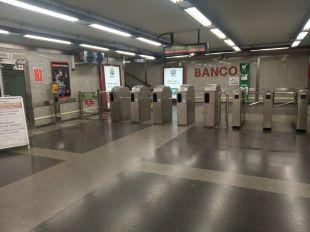Entrada del Metro Banco de España, sin afluencia de viajeros.
