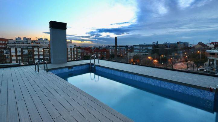 La piscina con solarium en la azotea del edificio de la promoción Cabot de AEDAS Homes en Madrid.
