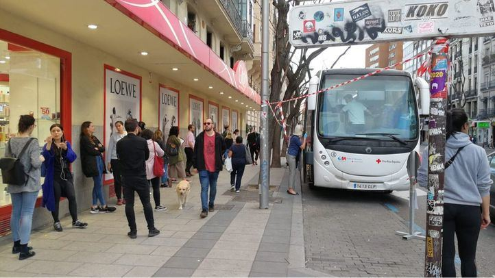 Largas colas para donación de sangre en Madrid.