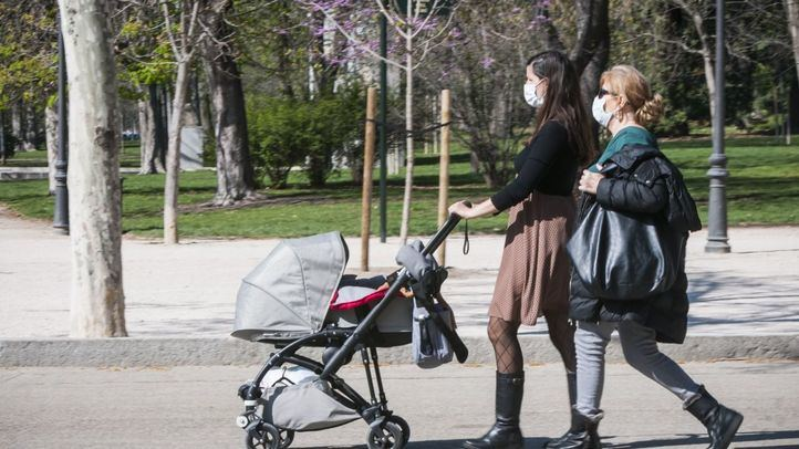 Personas paseando por un parque