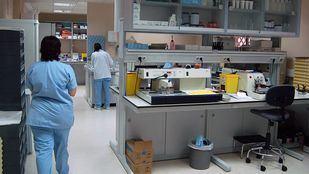 Personal sanitario en un laboratorio médico