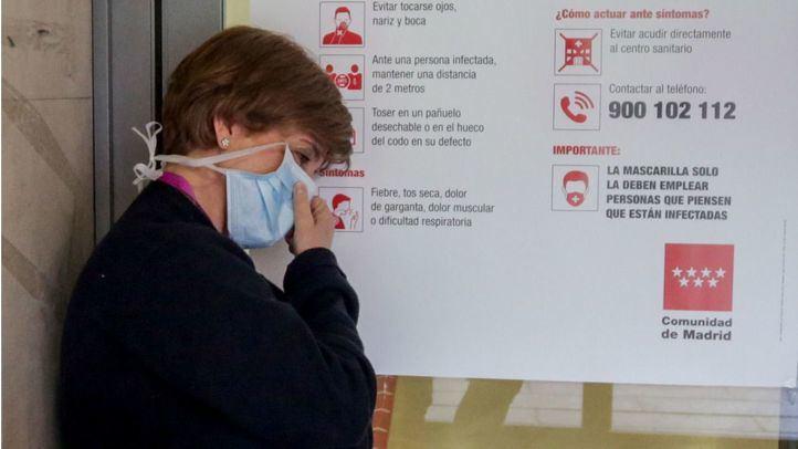 Enfermera descansa a la puerta de las Urgencias del Hospital Gregorio Marañón.