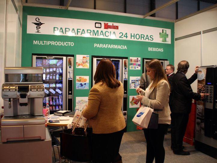 Feria Infarma. Un Stand muestra una parafarmacia automática de funcionamiento 24 horas.