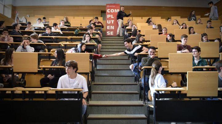 Estudiantes se enfrentan a la EvAU en la Universidad Complutense.