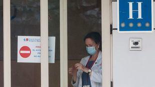 Profesionales sanitarios atienden en el Hotel Colón, espacio  medicalizado.