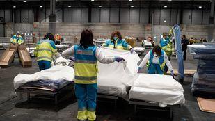 Sanitarios del Summa en el nuevo 'hospital' habilitado en Ifema.