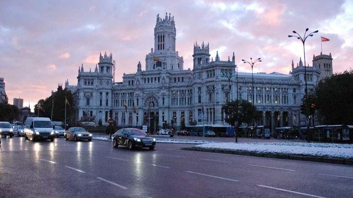 La nieve sorprende a un Madrid confinado